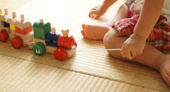 Малыш играет с игрушкой